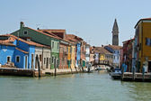Colored house on the banks of the canal in the island of Burano near Venice — Stock Photo