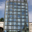 Skyscraper with glass and mirrors with administrative ufffici — Foto de Stock