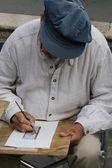 Artiste de la route alors qu'il dessine sur papier — Photo