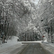 Dangerous icy road in winter with snow in the mountains for the transit of — Foto Stock