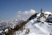Horská krajina s kostelem opatství v zasněžených horách — Stock fotografie