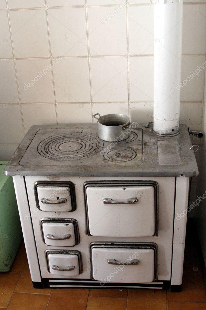 Estufa de le a antigua en una vieja cocina de una casa en - Estufa antigua de lena ...