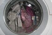 Мойки грязная стирка в стиральной машине внутри дома — Стоковое фото