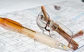 La foto del crucigrama, gafas, pluma — Foto de Stock