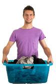 Genç adam Çamaşırhane yapıyor — Stok fotoğraf