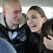mladý pár se baví v autě — Stock fotografie