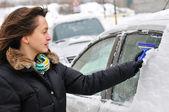 Vintertid - person rengöring bil — Stockfoto