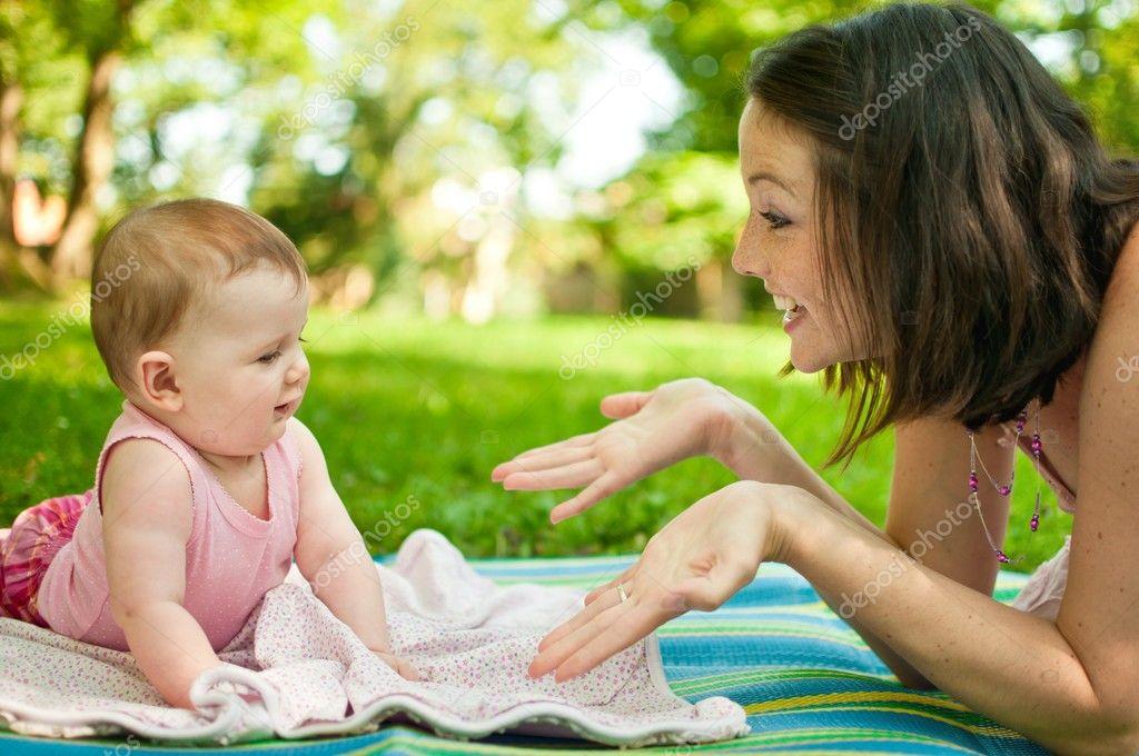 Мама говорит с ребенком фото