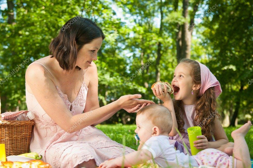 野餐-母亲与孩子