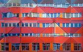 Budynek biurowy odzwierciedlenie — Zdjęcie stockowe