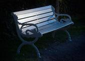 ławce w parku biały — Zdjęcie stockowe