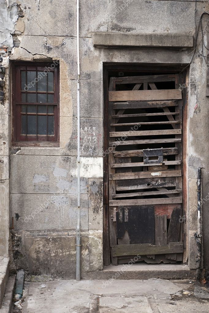 Shabby wooden door in a very poor city  area — Stock Photo #7268274