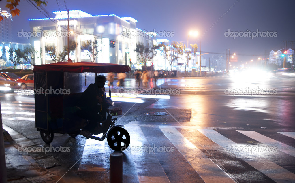Tricycle taxi waiting in a crossing in China — Stock Photo #7495036
