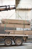 Laddar en lastbil på en byggplats — Stockfoto