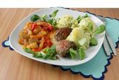 Beef meat collops with potato purre and salad — Stock Photo