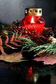 Bruciare la candela rossa e decorazione floreale sulla tomba nel cimitero — Foto Stock