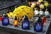Tomb in cemetery with flowers and burning candles — Stok fotoğraf