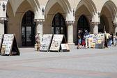 Straat gallery en winkel voor toeristen in de buurt van lakenhal gebouw in krakau — Stockfoto