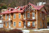 クルィニツァ curort ブラウン、木製の古い家 — ストック写真