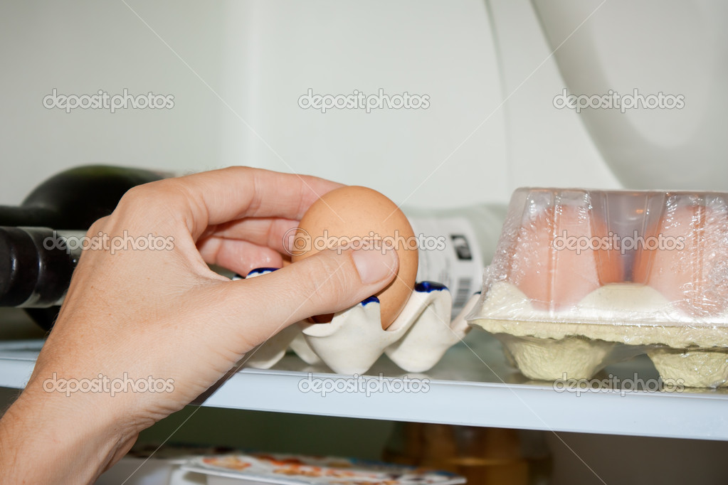Hand taking an egg from de fridge — Stock Photo #7232763