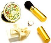 Accesorios para maquillaje y una caja con el anillo sobre un fondo blanco — Foto de Stock
