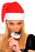 Chica sexy navidad muerde un caramelo — Foto de Stock