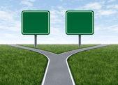 Boş yol işaretleri ile iki seçenek — Stok fotoğraf