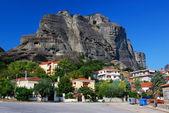 Kastraki ciudad con acantilados de metora, grecia — Foto de Stock
