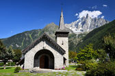 Les Praz de Chamonix and Aiguille Dru mountain — Stock Photo