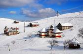 Winterlandschap met bergdorp van sirnea, Roemenië — Stockfoto