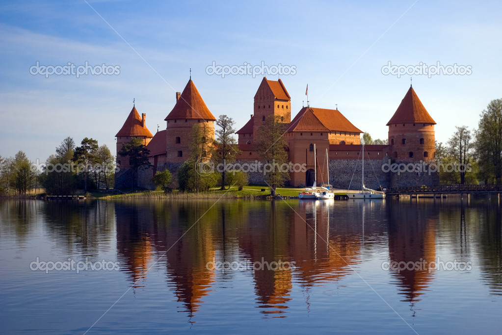 Island castle in Trakai,one of the most popular touristic destinations in Lithuania — Stock Photo #7178689