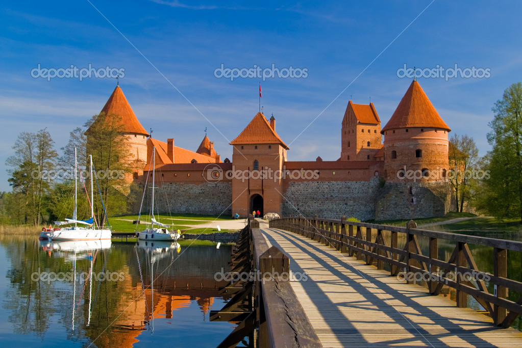 Island castle in Trakai, one of the most popular touristic destinations in Lithuania — Stock Photo #7335095