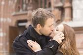 年轻情侣接吻 — 图库照片