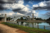 Madrid - Parque Juan Carlos I. Puente sobre el lago. (Bridge over the lake) — Stock Photo