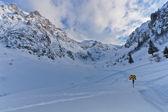 Valle de la montaña con nieve — Foto de Stock