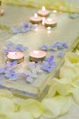Płatki róż i małe świece w wodzie — Zdjęcie stockowe