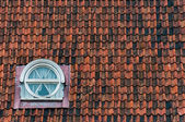 Dak tegels textuur met venster — Stockfoto