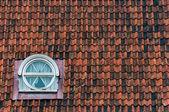 Textura de techo azulejos con ventana — Foto de Stock