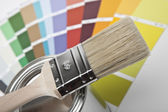 Farbe farbfächer pinsel farbtopf renovieren heimwerker baumarkt — Stockfoto