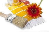 Farbe farbfächer pinsel gerbera renovieren heimwerker baumarkt — Stock Photo