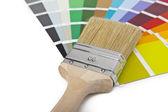 Farbe farbfächer pinsel farbtopf renovieren heimwerker baumarkt — Stock Photo