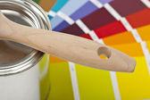 Farbe farbfächer pinsel farbtopf renovieren heimwerker baumarkt — Zdjęcie stockowe