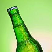 Bier flasche alkohol trinken wassertropfen getränk Kronkorken — Stock Photo