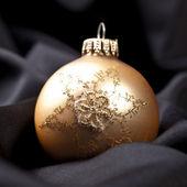 Weihnachten winter kugel weihnachtsbaum seide samt stoff gold — Stock Photo