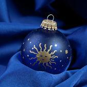 Weihnachten kış kugel weihnachtsbaum seide samt stoff blau — Stok fotoğraf