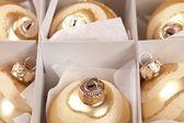 Weihnachten inverno kugel weihnachtsbaum karton paket ouro — Foto Stock