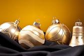 Weihnachten winter kugel weihnachtsbaum seide samt stoff goud — Stockfoto