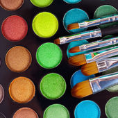 Pinsel puder palette kosmetikerin make up schminken — Stockfoto