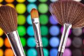Pinsel puder palette kosmetikerin make up schminken — Stock Photo