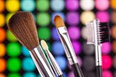 Pinsel puder palett kosmetikerin göra upp schminken — Stockfoto